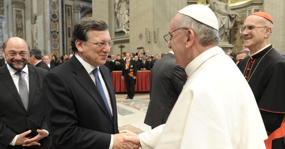 19.mar.2013 - O papa Francisco cumprimentou o presidente da Comissão Europeia, Jose Manuel Barroso, após a missa inaugural do novo papa da Igreja Católica. Ao todo, 132 delegações estrangeiras compareceram ao Vaticano para participar da cerimônia