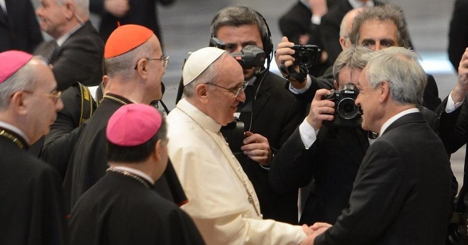 19.mar.2013 - O presidente  chileno, Sebastián Piñera, marca presença na missa inaugural do papado de Francisco, realizada no Vaticano, e cumprimenta pontífice após celebração religiosa