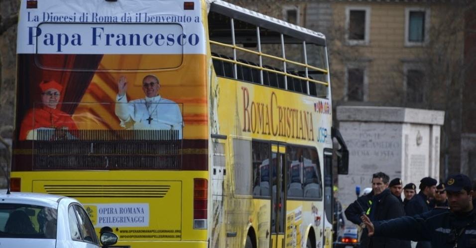 19.mar.2013 - Ônibus turístico que circula pelo Vaticano dá as boas-vindas ao papa Francisco, no dia da missa inaugural do Sumo Pontífice