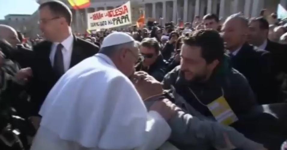 19.mar.2013 - Papa Francisco desce de papamóvel para beijar fiel deficiente durante passeio pela praça São Pedro, no Vaticano
