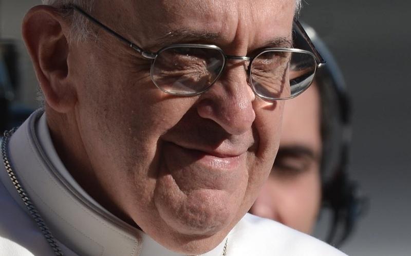 """19.mar.2013 - Papa Francisco sorri durante sua missa inaugural, na praça de São Pedro, no Vaticano. Em sua primeira cerimônia, o Sumo Pontífice pediu aos fiéis e chefes de Estados presentes que cuidem daqueles que têm """"fome e sede"""""""