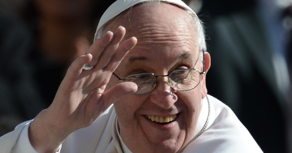 19.mar.2013 - Pela primeira vez a bordo do papamóvel, o papa Francisco acena para os fiéis durante desfilou pela praça de São Pedro, no Vaticano