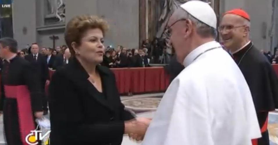 19.mar.2013 - Presidente do Brasil, Dilma Rousseff, cumprimenta o papa Francisco após missa inaugural de seu papado no Vaticano