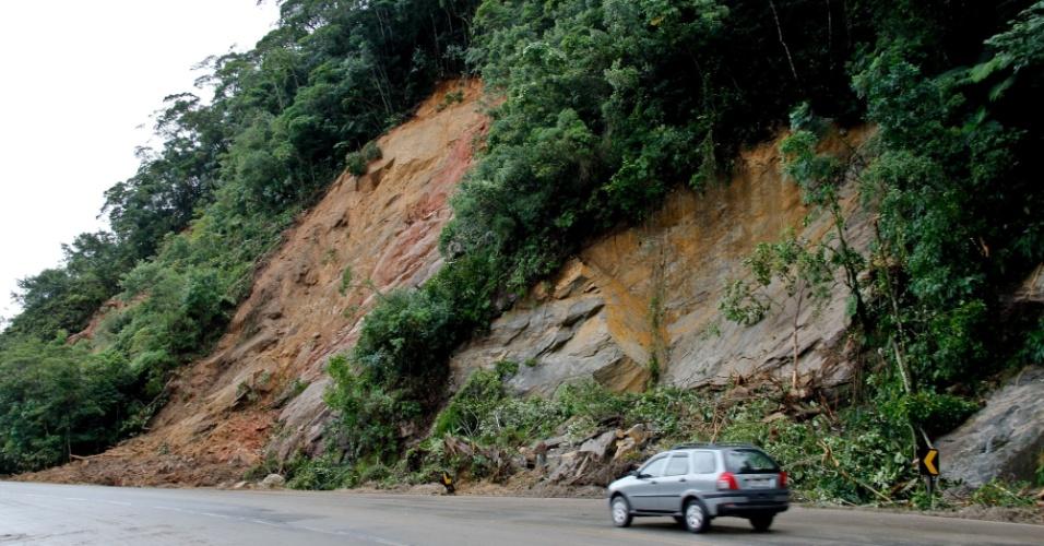 19.mar.2013 - Veículo circula pela rodovia Mogi-Bertioga, que chegou a ser interditada devido às chuvas do fim de semana,e está com trânsito normalizado desde a noite de segunda-feira (18)