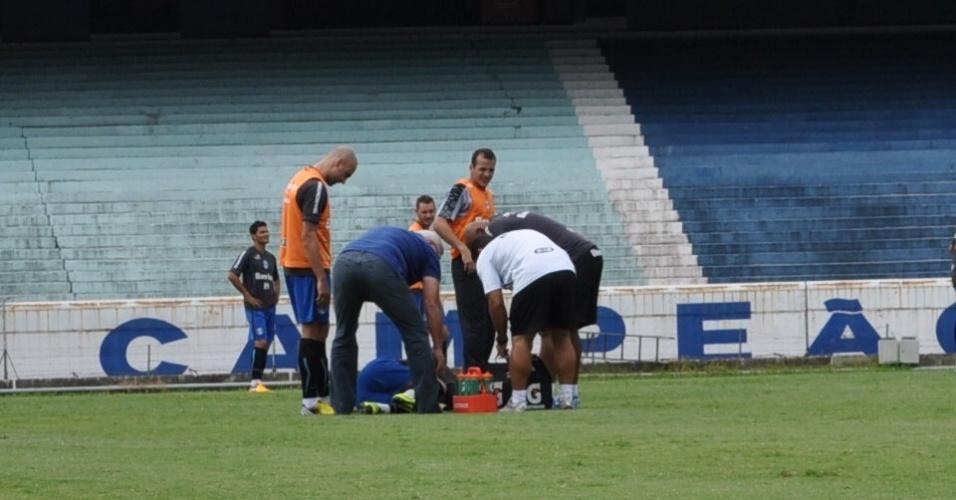 Elano fica no chão após entrada dura de Cris em treinamento do Grêmio (19/03/2013)