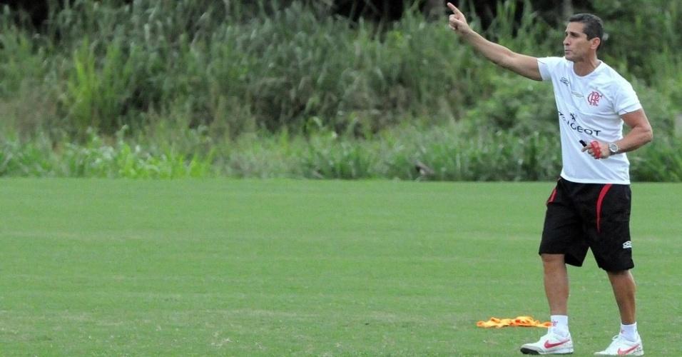 Jorginho gesticula e chama atenção de jogadores do Flamengo durante treino