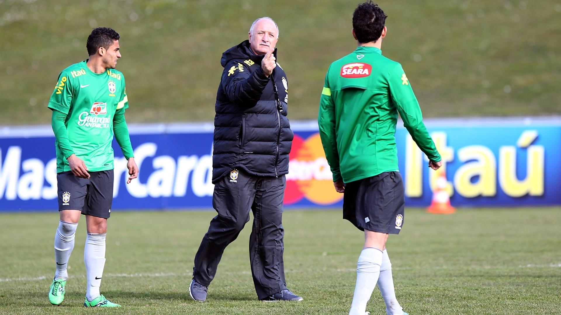 Treinador Felipão passa instruções durante treino da seleção na Suíça