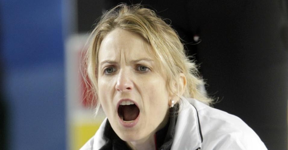 18.mar.2013 - Silvana Tirinzoni, da Suíça, grita com companheiras na partida contra a Rússia pelo Mundial de curling, na Letônia