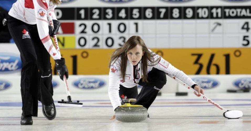 19mar.2013 - A bela canadense Rachel Homan solta sua pedra na partida contra a Itália pelo Mundial de Curling