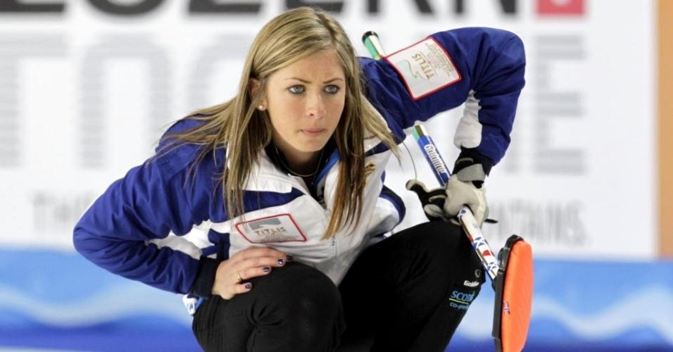 19.mar.2013 - A loira Eve Muirhead, da Escócia, observa jogada feita na partida contra a Suíça, pelo Mundial de curling feminino