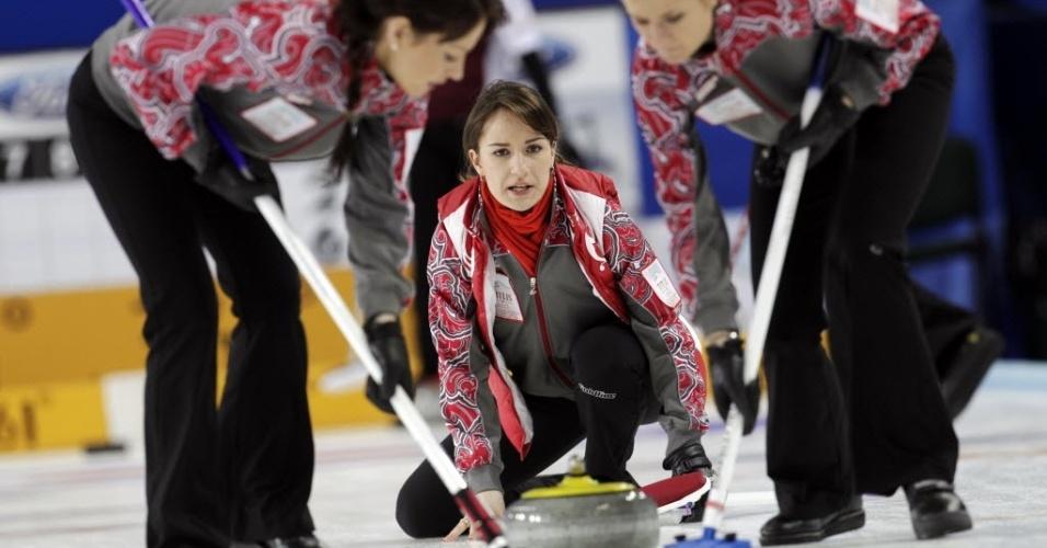 19.mar.2013 - A musa russa Anna Sidorova faz jogada junto a suas companheiras durante disputa do Mundial de curling