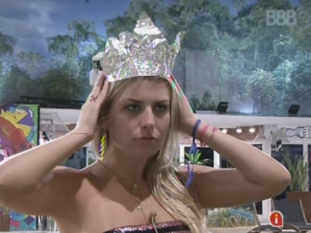 19.mar.2013 - Fernanda coloca coroa de