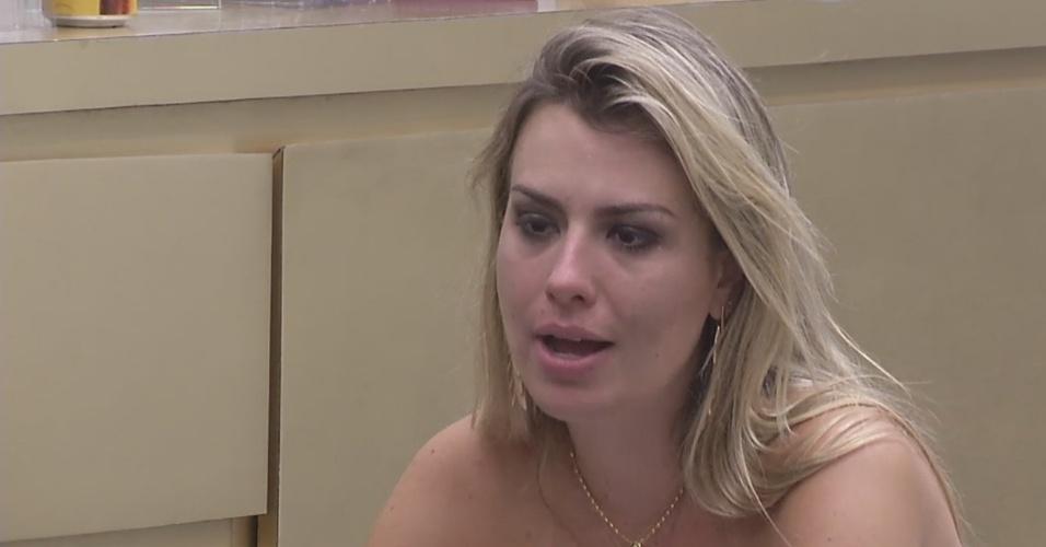 19.mar.2013 - Fernanda explica seu ponto de vista para Nasser em uma longa conversa no quarto do líder