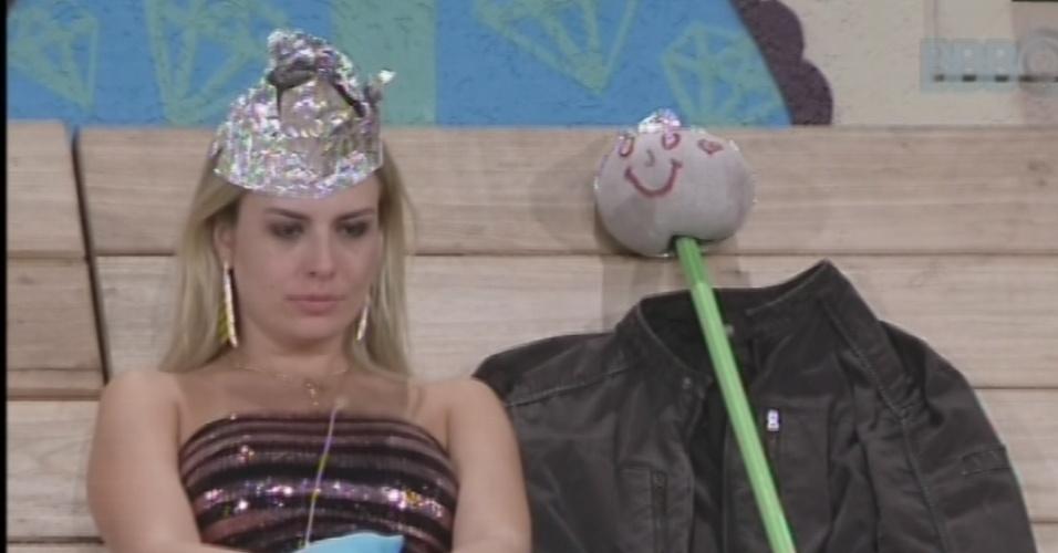 19.mar.2013 - Fernanda senta ao lado do boneco que representa André, eliminado da noite