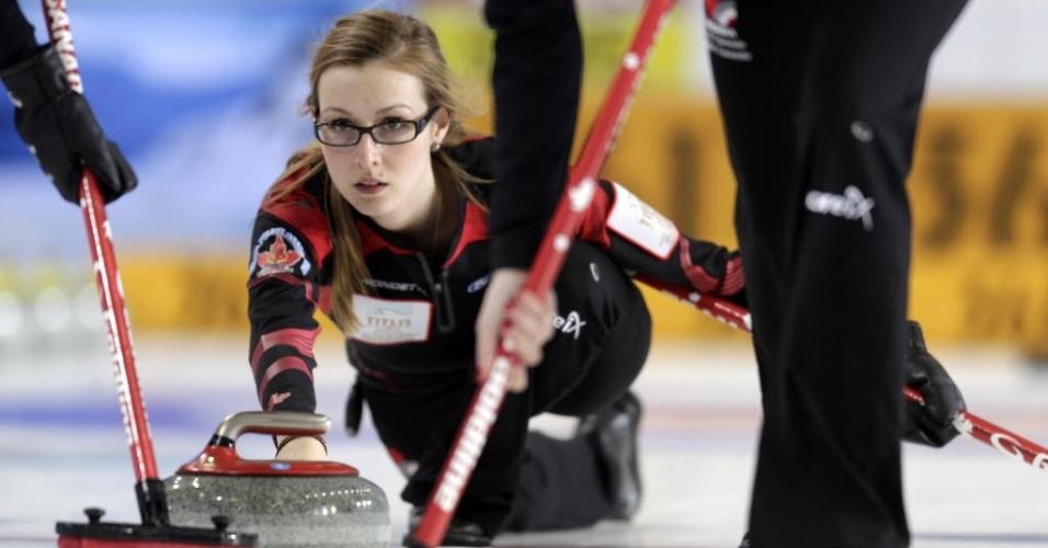 19.mar.2013 - Lisa Weagle, do Canadá, arremessa sua pedra na partida contra a Suécia, na primeira fase do Mundial de curling feminino