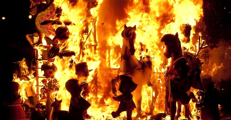 19.mar.2013 - Tradicionais bonecos feitos de madeira são queimados no último dia das Fallas de Valência. A festa tem origem na idade média, quando carpinteiros, cujo santo padroeiro é São José, queimavam restos de madeira e móveis velhos ao final do inverno europeu