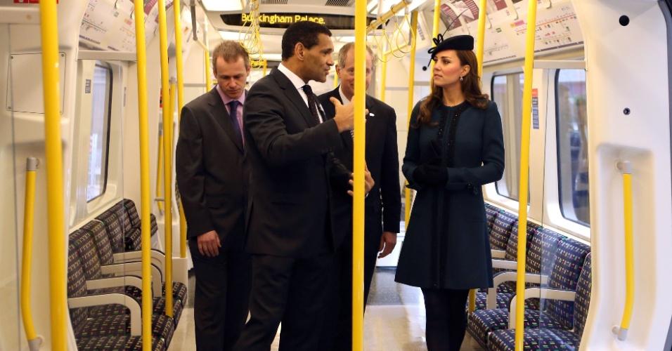 20.mar.2013 - A duquesa de Cambridge (Reino Unido), Catherine Middleton, passeia de trem durante visita à estação de Baker Street em Londres em comemoração ao aniversário de 150 anos do metrô da cidade