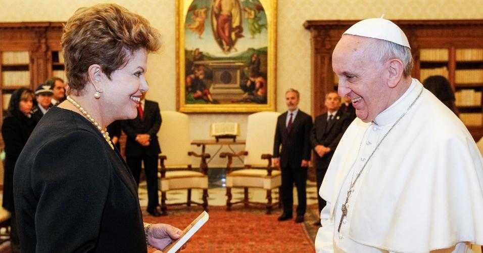 20.mar.2013 - Presidente Dilma Rousseff cumprimenta nesta quarta-feira (20) o papa Francisco durante encontro com o líder da Igreja Católica no Vaticano