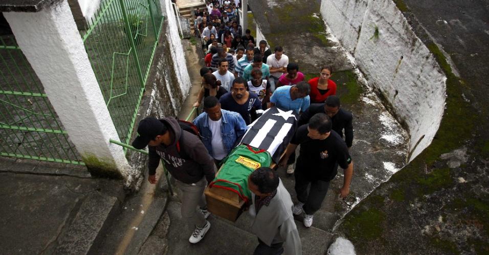 20.mar.2013 - Amigos e familiares participam do enterro de Lucas Araujo Souza, em Petrópolis, região serrana do Rio de Janeiro. Ele morreu soterrado após as chuvas causarem deslizamentos na região