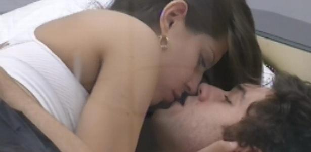 20.mar.2013 - Andressa e Nasser trocam beijos no quarto do líder
