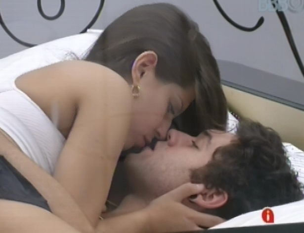 20.mar.2013 - Andressa e Nasser trocam beijos no quarto do lder