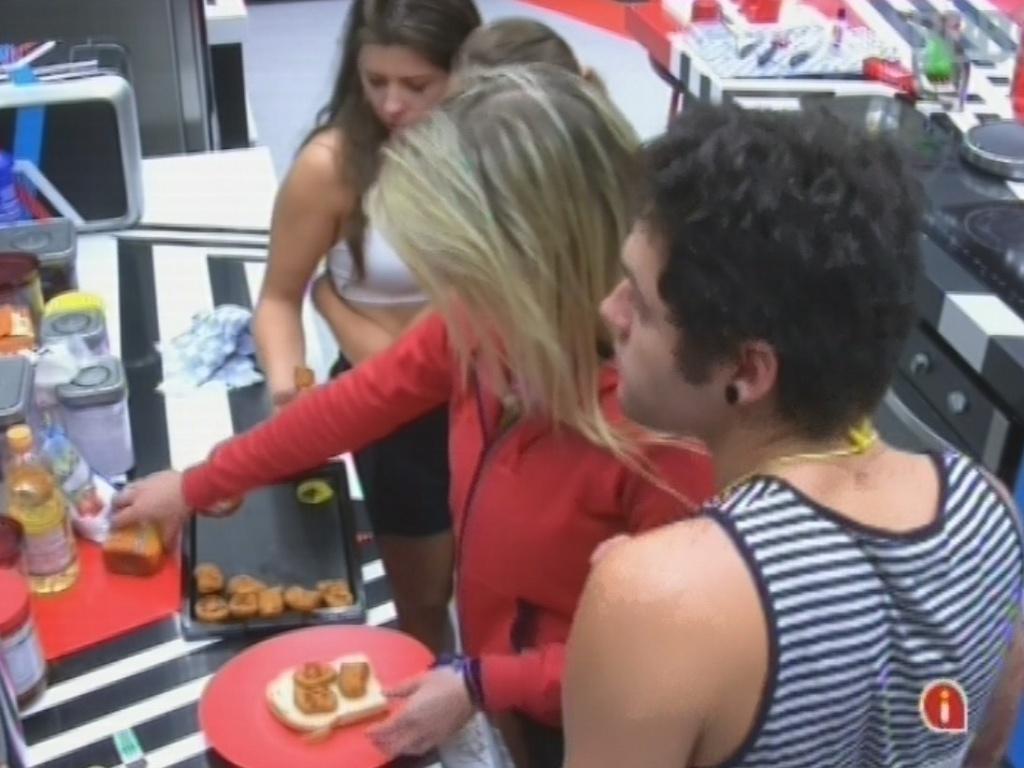 20.mar.2013 - Andressa, Natália, Fernanda e Nasser preparam nuggets para o jantar