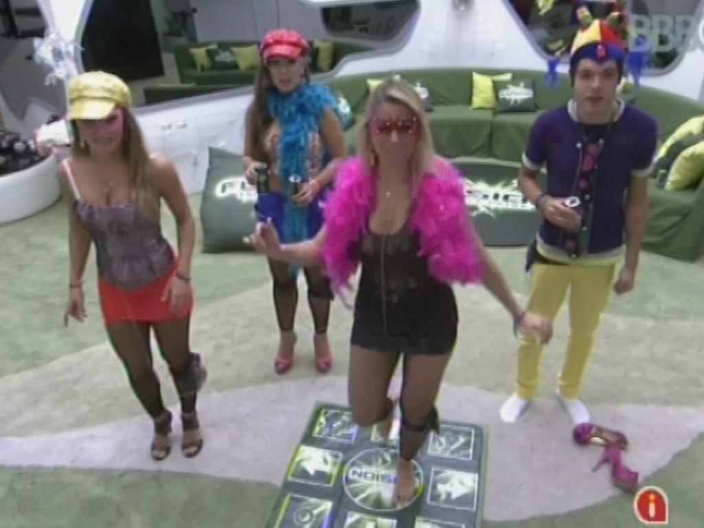 20.mar.2013 - Antes de festa, Fernanda, Natália, Andressa e Nasser ganham tapete de dança para brincar na sala