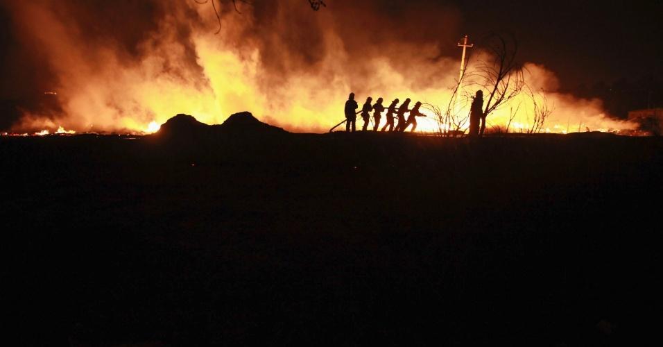 20.mar.2013 - Bombeiros tentam controlar incêndio na periferia de Xi'an, província de Shaanxi, na China. Segundo a imprensa local, uma área de 1.500 m² foi afetada. Niguém ficou ferido