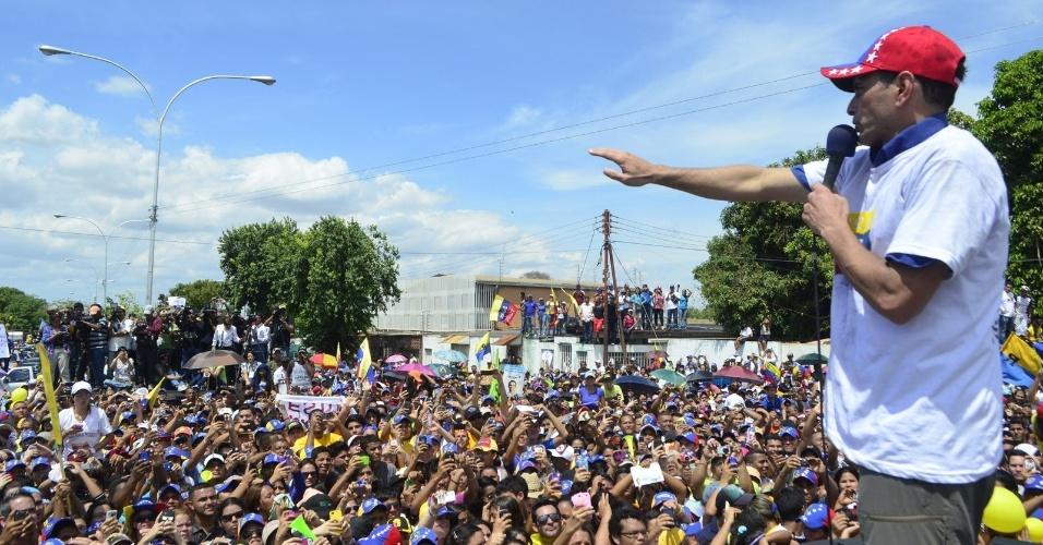 20.mar.2013 - Candidato da oposição à presidência da Venezuela, Henrique Capriles, discursa para multidão durante campanha na Cidade Bolivar, no Estado de Bolivar, na terça-feira. A foto foi divulgada somente nesta quarta-feira