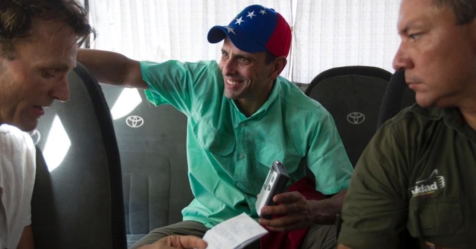 """20.mar.2013 - Candidato da oposição à presidência da Venezuela, Henrique Capriles (no centro), concede uma entrevista à agência de notícias Reuters, durante campanha na Cidade Bolivar, no Estado de Bolivar, na terça-feira (19). A imagem foi divulgada nesta quarta-feira (20). Capriles afirmou que o candidato rival, o chavista Nicolás Maduro seria """"um ninguém"""" que está pegando carona na memória de Hugo Chávez"""