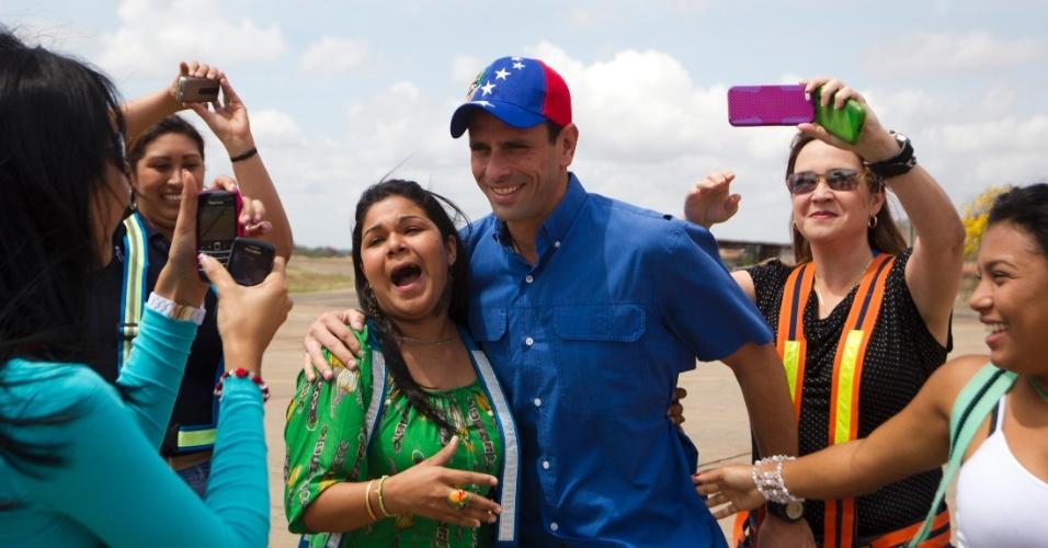 20.mar.2013 - Candidato da oposição à presidência da Venezuela, Henrique Capriles,  tira fotos com simpatizantes durante campanha na Cidade Bolivar, ao sul do Estado de Bolivar, na terça-feira. A foto foi divulgada somente nesta quarta-feira