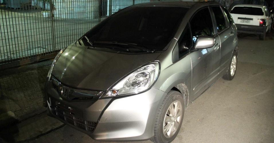 20.mar.2013 - Carro usado por falsos policiais civis para sequestrar um morador na praça Cosmopolita, no bairro do Ipiranga, zona sul de São Paulo, na noite de terça-feira (19)