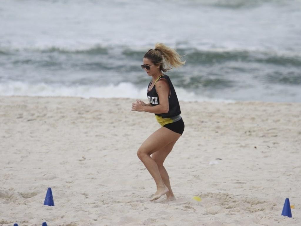 20.mar.2013 - Danielle Winits exercita-se na praia da Barra, na zona oeste do Rio. A atriz interpreta a personagem Marcela em