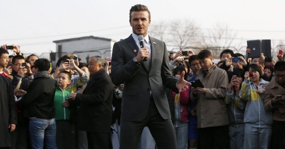 20.mar.2013 - David Beckham visitou a China e bateu bola com estudantes em Pequim