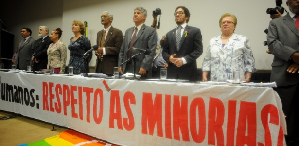 Entre os deputados da frente, estão Jean Wyllys e Luiza Erundina (últimos à direita)