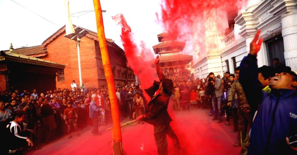 20.mar.2013 - Devoto nepalês lança pó colorido ao ar durante cerimonial conhecido como 'Chir', no primeiro dia de Holi, o festival das cores em Katmandu. O festival de Holi é comemorado em todo o país para marcar a vitória do deus Rama sobre Rawan, o rei do Mal, e simboliza a chegada da primavera