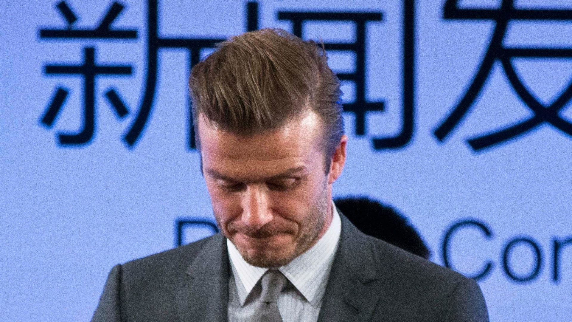 20.mar.2013 - Em visita à China, David Beckham ganhou uma bola antiga durante cerimônia