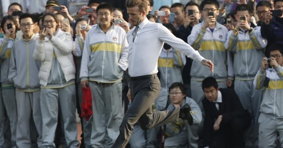 20.mar.2013 - Estudantes chineses tietam David Beckham em Pequim