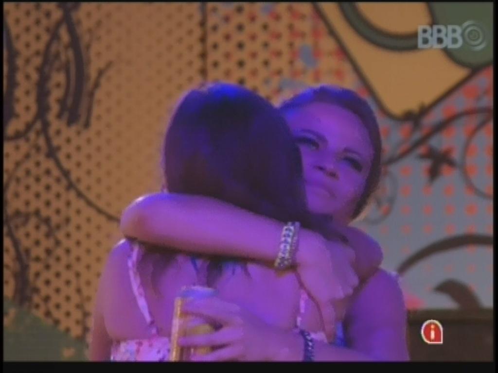 20.mar.2013 - Felizes com o show, Andressa e Natália se abraçam na pista de dança