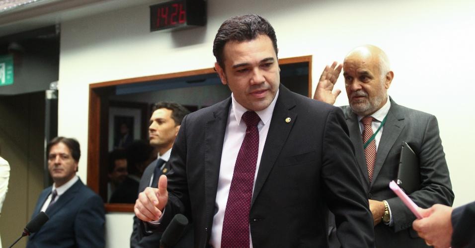 20.mar.2013 - Manifestantes pressionam e o presidente da CDH (Comissão de Direitos Humanos) da Câmara dos Deputados, Marco Feliciano, abandona plenário