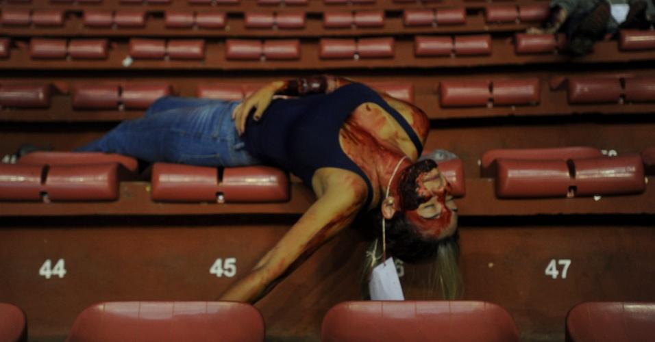 20.mar.2013 - Mulher participa de uma simulação de emergências no ginásio Nilson Nelson em Brasília, organizado pela Secretaria de Saúde, o Corpo de Bombeiros e a Polícia Militar. A simulação é para capacitar profissionais a área da saúde