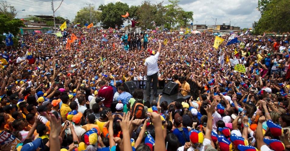 20.mar.2013 - Multidão cerca o candidato da oposição à presidência da Venezuela, Henrique Capriles, durante comício na cidade de Maturin, no Estado de Monagas (Venezuela). Uma pesquisa eleitoral mostra o candidato chavista, Nicolás Maduro, 18 pontos à frente de Capriles