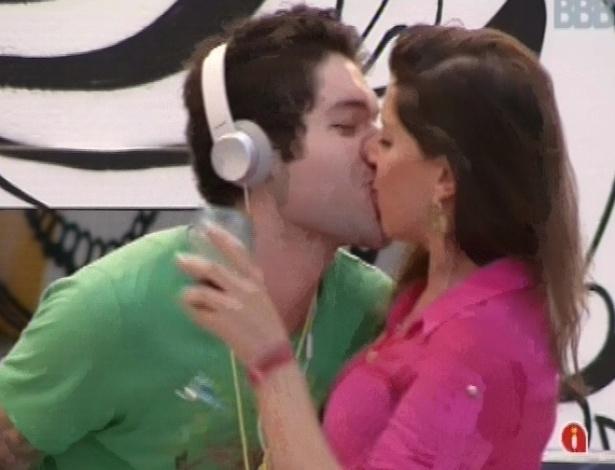 20.mar.2013 - Nasser e Andressa se beijam ao som de