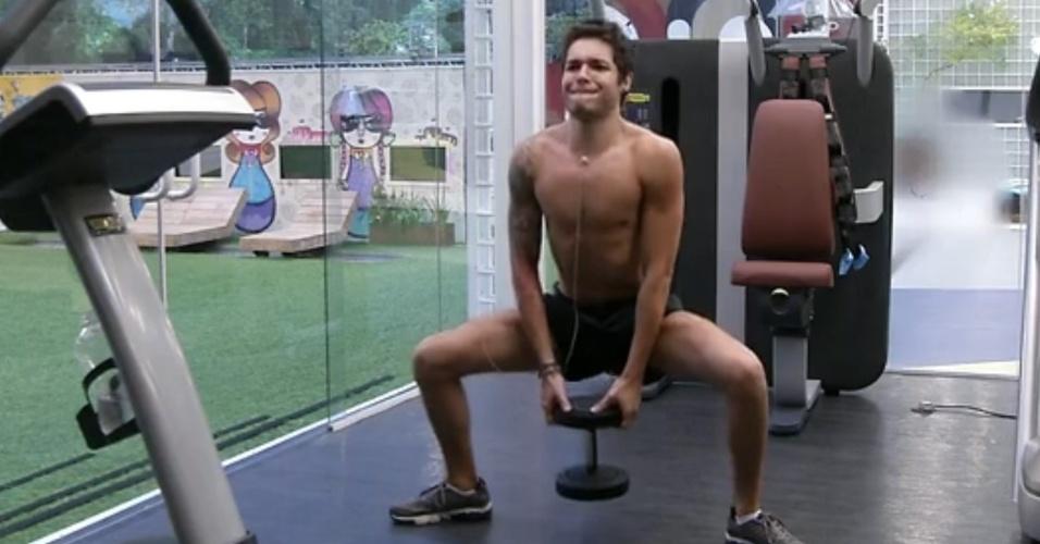 20.mar.2013 - Nasser faz exercícios na academia com a barra da bermuda dobrada