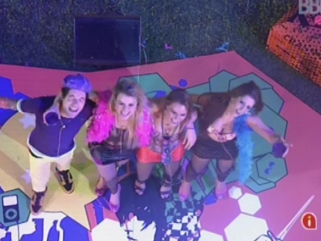 20.mar.2013 - Nasser, Fernanda, Natália e Andressa dançam juntos e abraçados na pista de dança