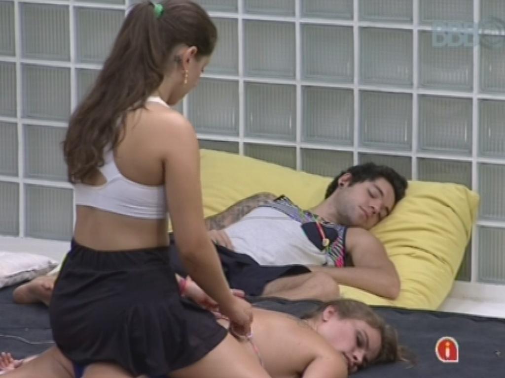 20.mar.2013 - Natália recebe massagem de Andressa na área externa da casa