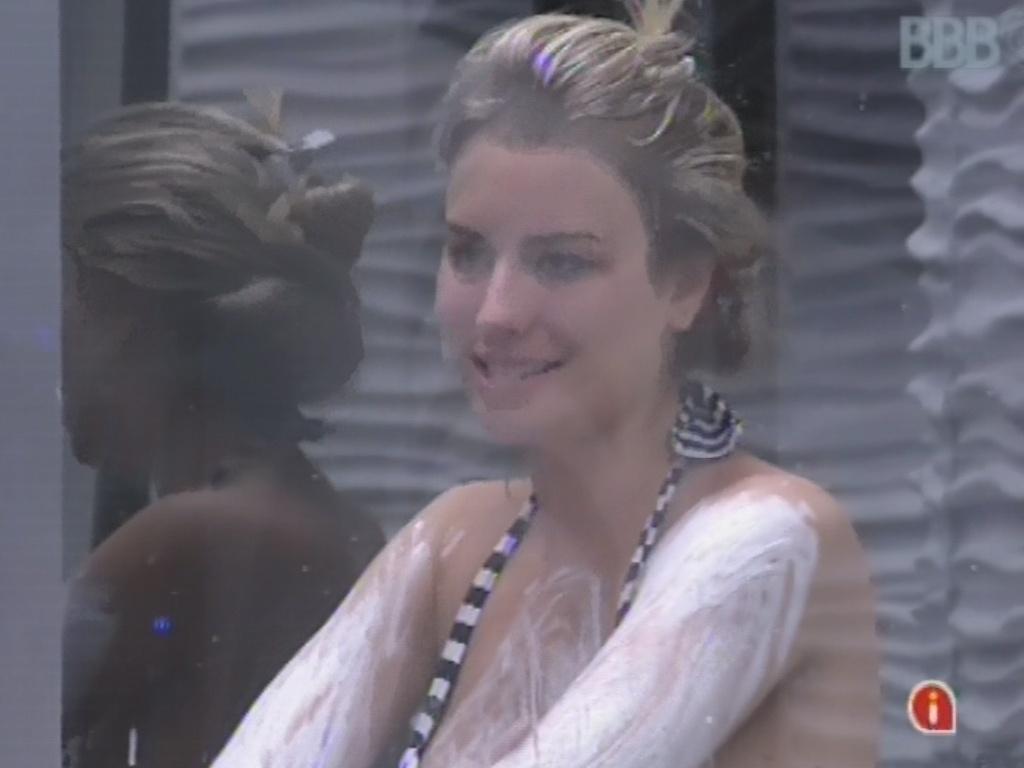 20.mar.2013 - No banho, Fernanda diz a Andressa que acreditava em sua saída no paredão contra André