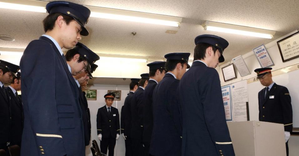 20.mar.2013 - Os trabalhadores da estação de metrô de Kasumigaseki, em Tóquio, no Japão, fazem oração silenciosa em memória das vítimas de ataque de gás no local em 1995. É o 18 º aniversário do ataque com o gás sarin pela seita Aum (Verdade Suprema) que deixou 13 pessoas mortas e mais de 6.200 feridas