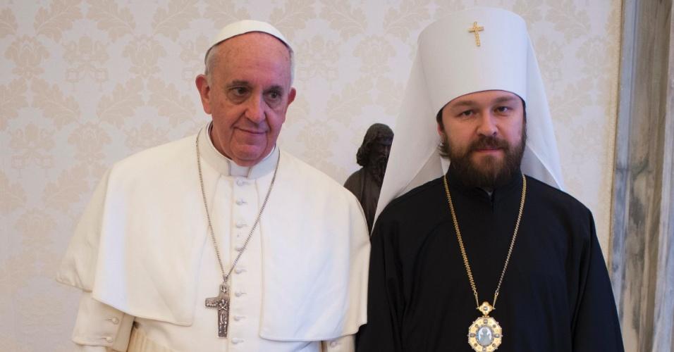 20.mar.2013 - Papa Francisco posa para foto ao lado do Metropolita Hilarion, ministro de Relações Exteriores da Igreja Ortodoxa Russa, durante uma reunião privada no Vaticano nesta quarta-feira (20)