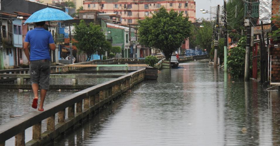 20.mar.2013 - Pedestres enfrentam ruas inundadas pelas chuvas em Belém, nesta quarta-feira (20). A chuva moderada que cai na capital paraense desde 18h da tarde de ontem deve permanecer até o final desta quarta, segundo o Sipam (Sistema de Proteção da Amazônia)